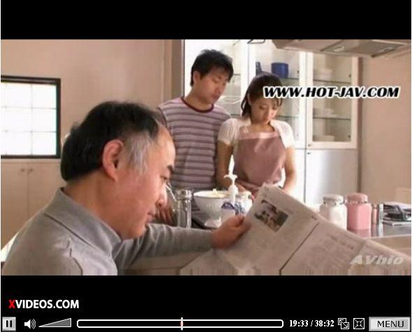 熟女とは思えない外見の人妻を、夫の目の前でローター調教する動画