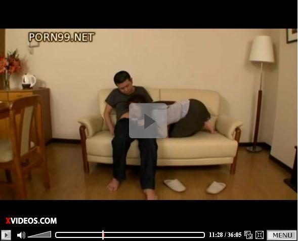 発情した義母に口内射精し、家族がいる居間で調教&セックスする動画